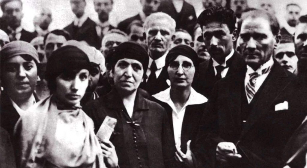 Atatürk ve kadınlar